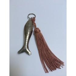 Porte clé poisson en métal argenté et pompon rose