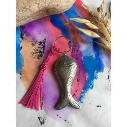 petit porte clé poisson en métal argenté et petit pompon
