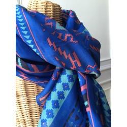 Grand foulard en soie bleu imprimé Ikat