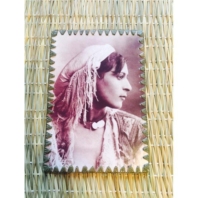 Carte postale noir&blanc bords brodés 'Portrait de femme arabe, 1880'